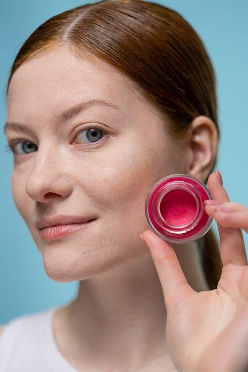 Kostenloses Stock Foto zu beauty influencer, beauty-produkt, blick in die kamera