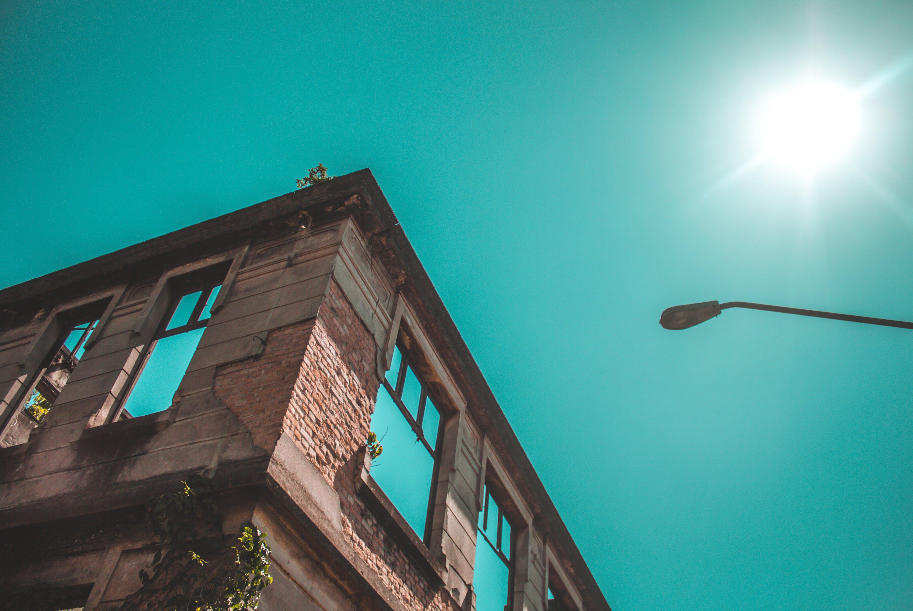가로등, 건축, 눈 부신 태양, 로앵글 촬영의 무료 스톡 사진