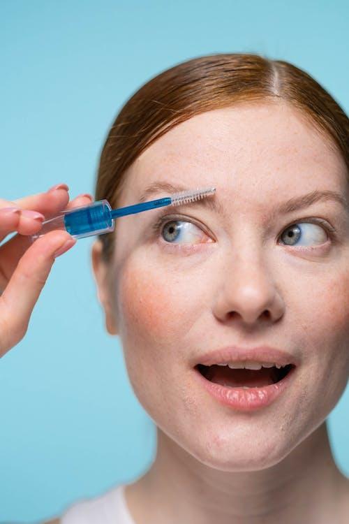 Kostenloses Stock Foto zu augenbrauen, beauty influencer, bewirbt sich