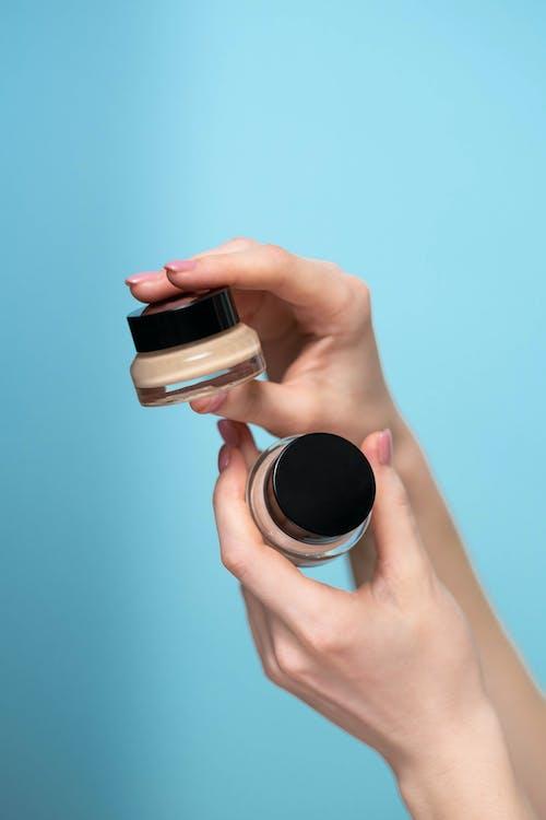 Kostenloses Stock Foto zu beauty-produkt, blauem hintergrund, concealer