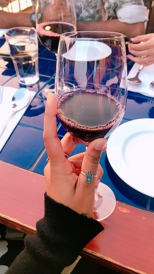 Fotobanka sbezplatnými fotkami na tému červené víno, palec, pohár na víno, ruka