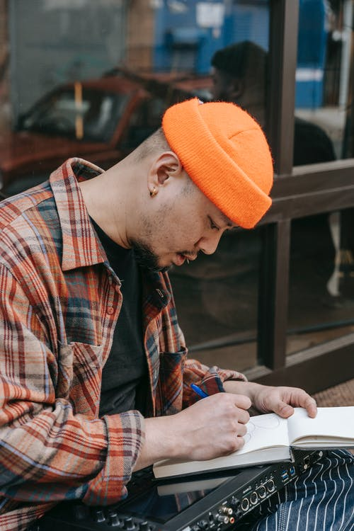 Gratis arkivbilde med mann, notisbok, skrive