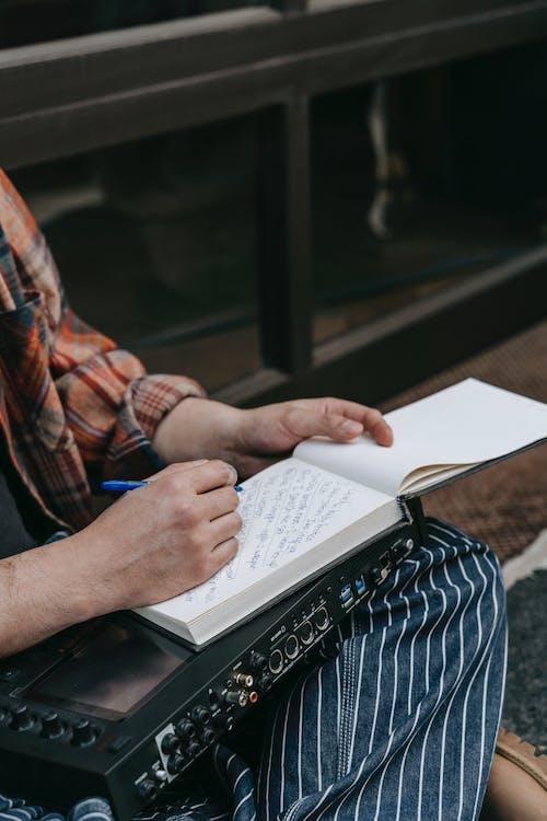 Gratis arkivbilde med hender, notisbok, penn