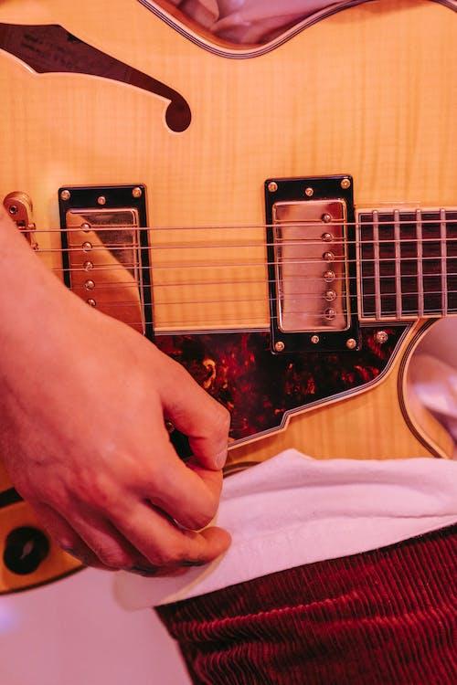 Gratis arkivbilde med akustisk, ansiktsløs, elektrisk gitar