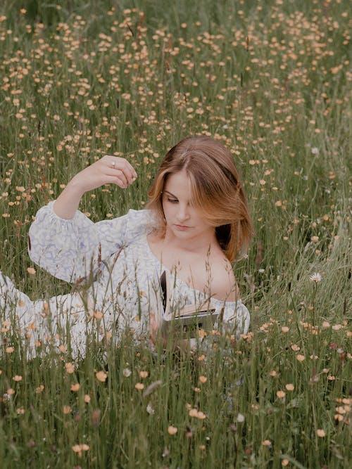 Foto stok gratis bagus, bidang bunga, Book