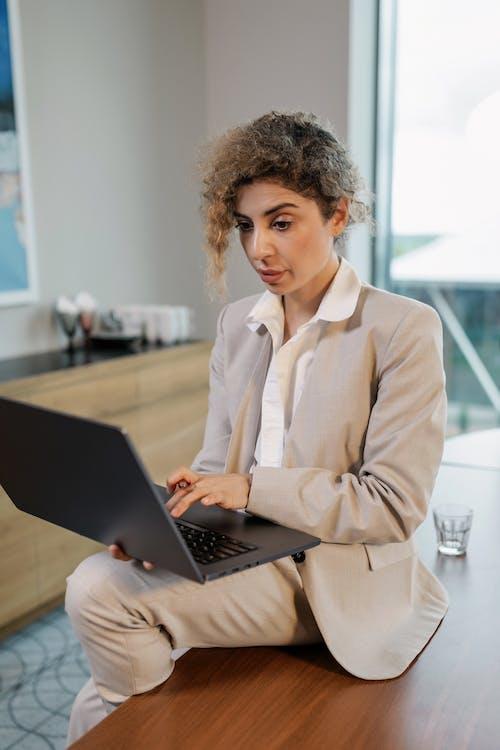 dijital göçebe, dikey atış, dizüstü bilgisayar içeren Ücretsiz stok fotoğraf