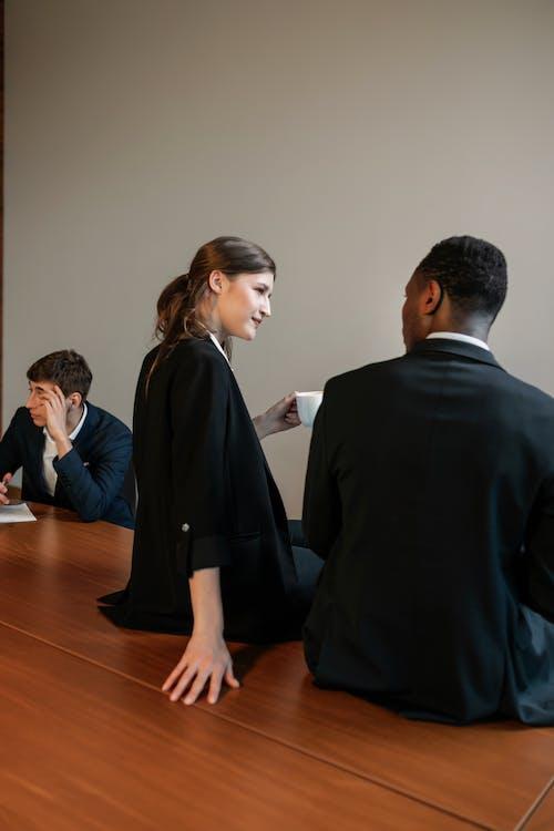 Kostenloses Stock Foto zu kollegen, konversation, mitarbeiter