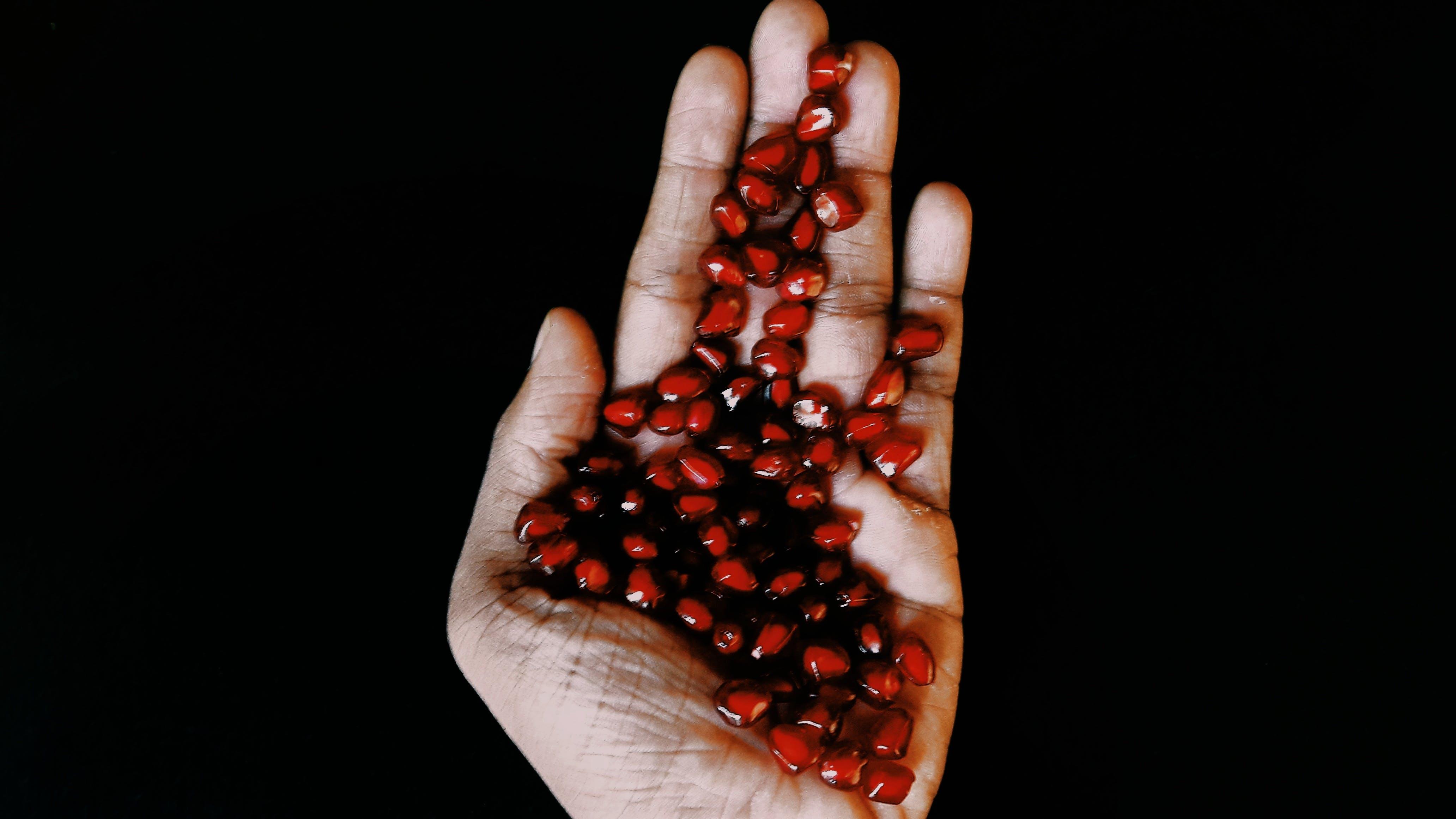 granaattiomena, hedelmä, käsi