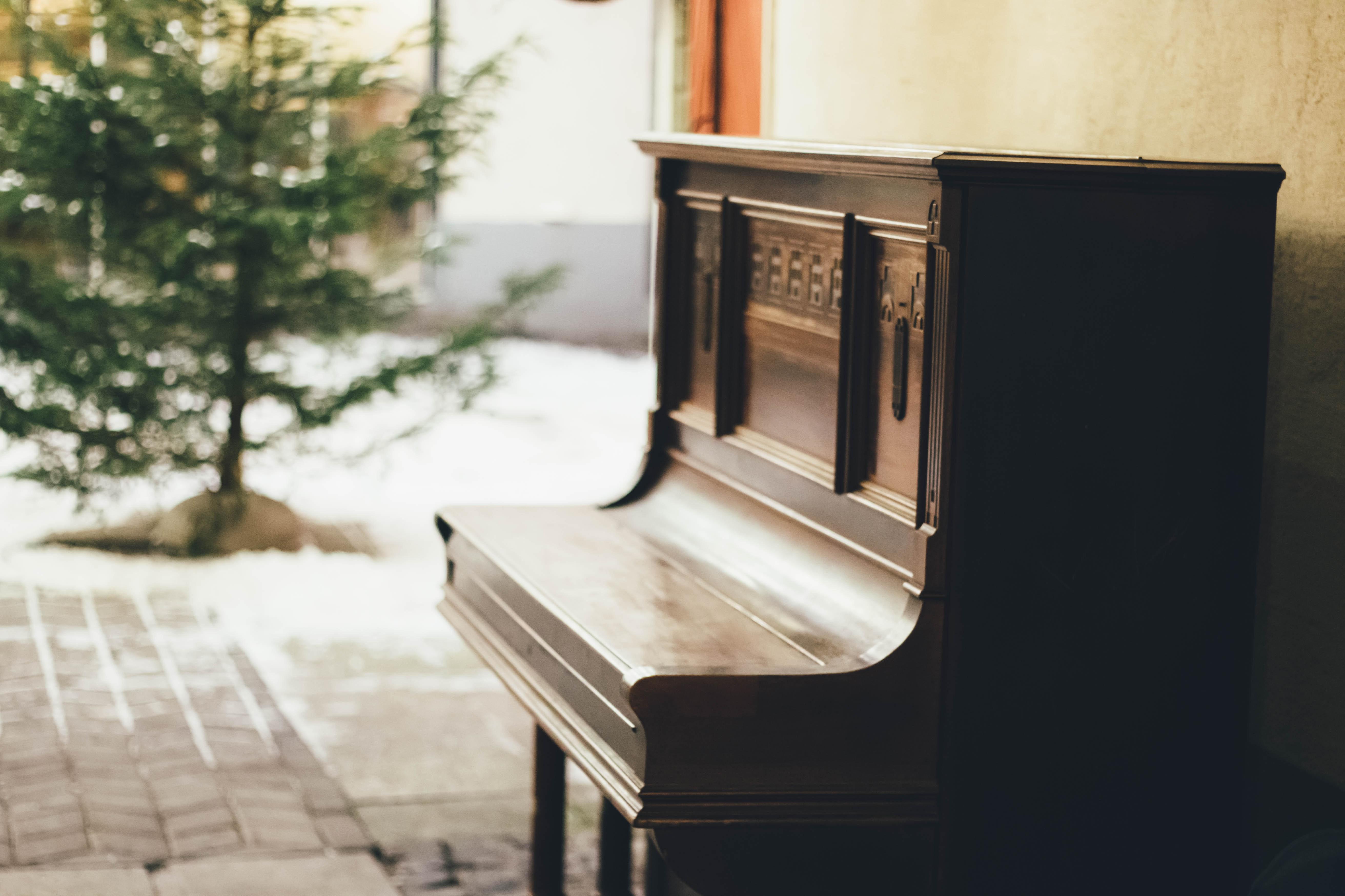 Opretstående klaver i gård