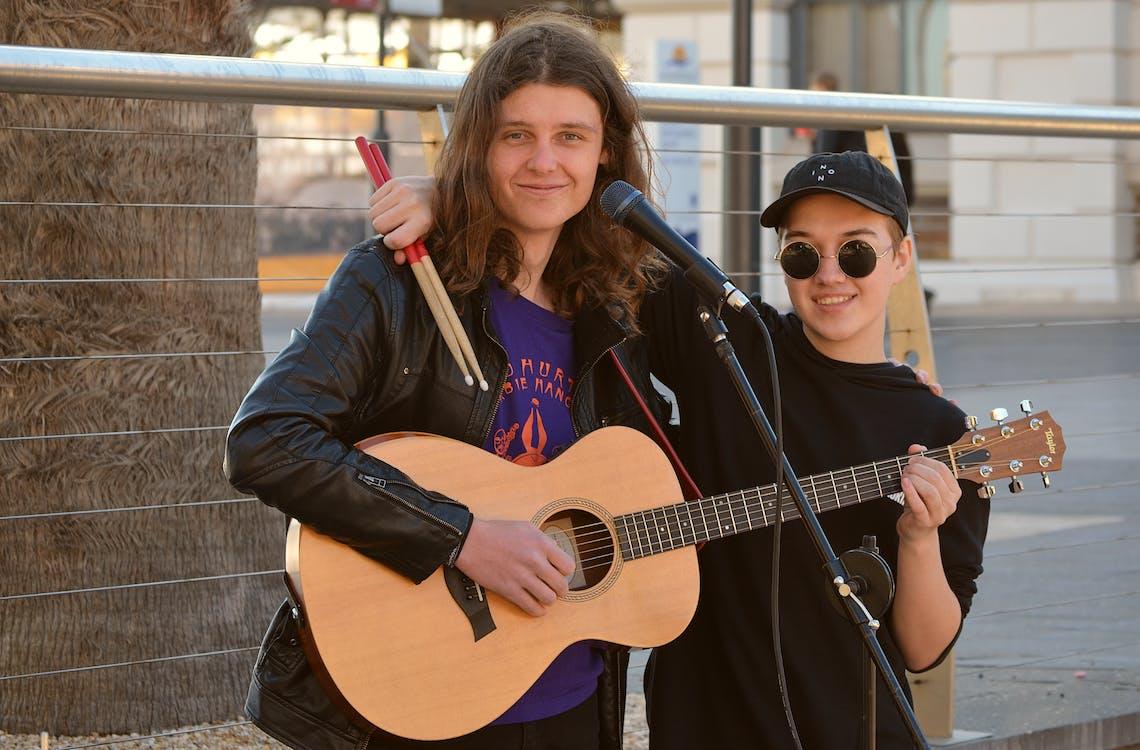 Kostenloses Stock Foto zu akustische gitarre, aufführung, auftritt
