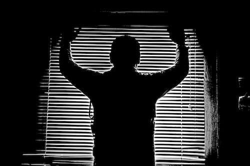 Gratis arkivbilde med figur, mann på vinduet, mannlig figur, monokrom