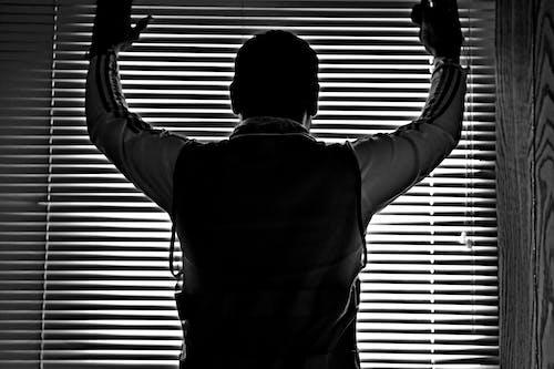 Gratis arkivbilde med lys og skygge, mann på vinduet, manndom, mannlig figur
