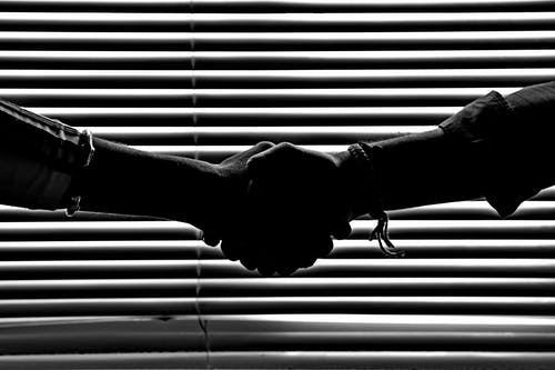 Foto stok gratis bayangan, bayangan hitam, berjabat tangan, berurusan