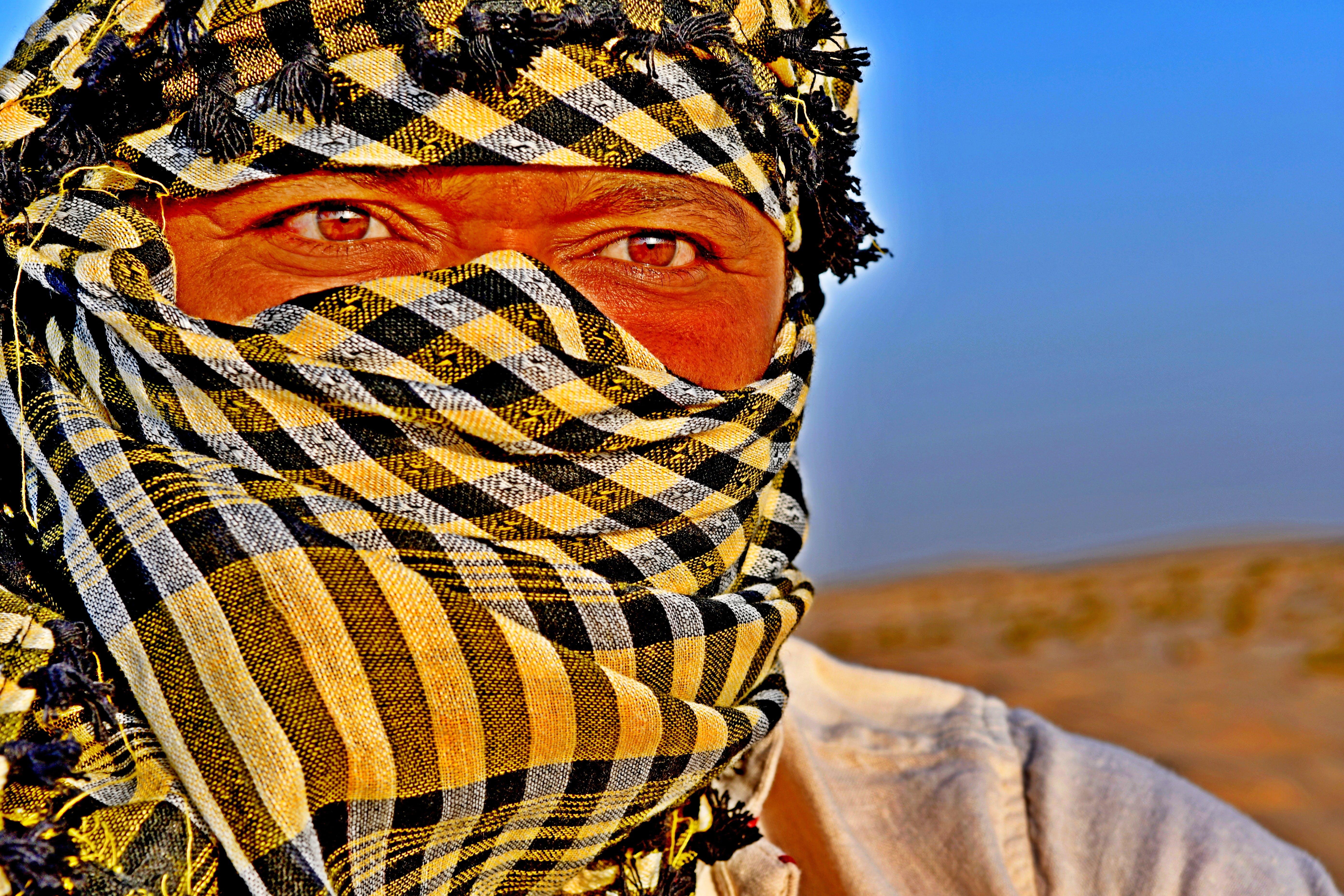 arabischer mann, arabischer mann im kopftuch in der wüste, blau