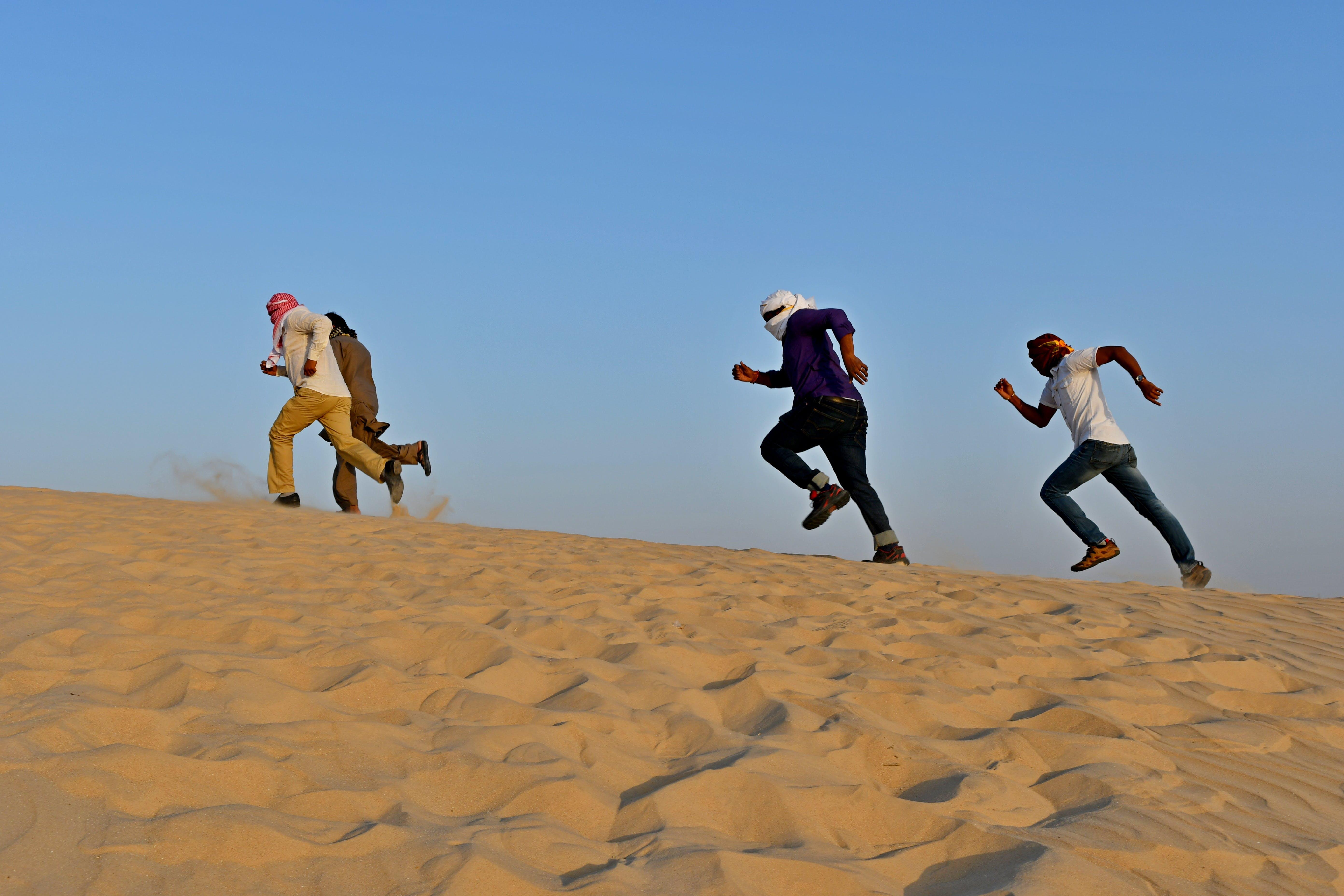 arabien, arabische männer, auf sand laufen