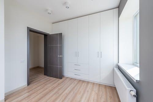 Foto profissional grátis de aconchego, apartamento, armário de roupa