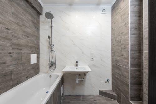 Foto profissional grátis de arquitetura, banheira, banheiro