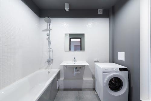 Foto profissional grátis de apartamento, banheira, banheiro