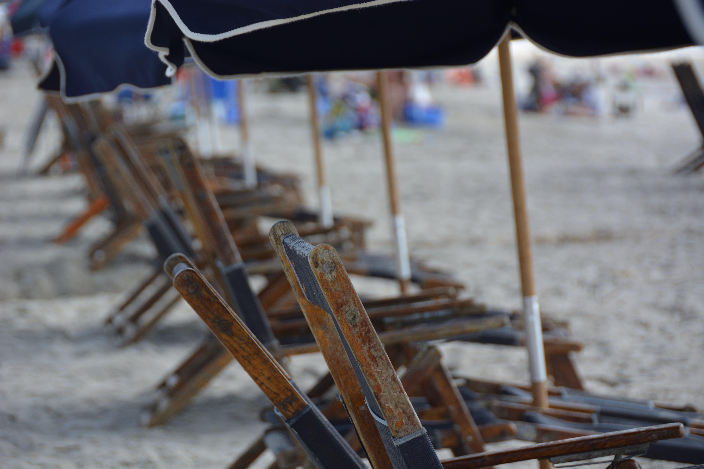 Základová fotografie zdarma na téma písek, pláž, plážová lehátka, plážové lehátko