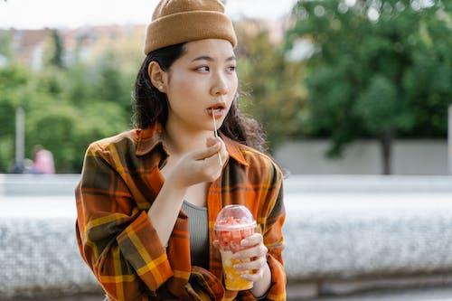 Foto stok gratis anak muda, cangkir, di luar rumah