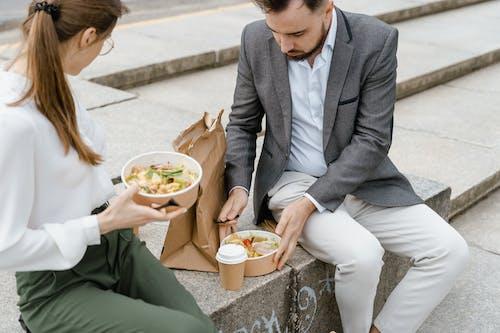 Fotos de stock gratuitas de abrigo gris, al aire libre, almuerzo