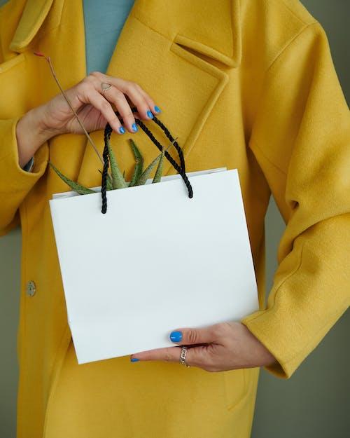Fotos de stock gratuitas de abrigo amarillo, blanco, bolsa de papel