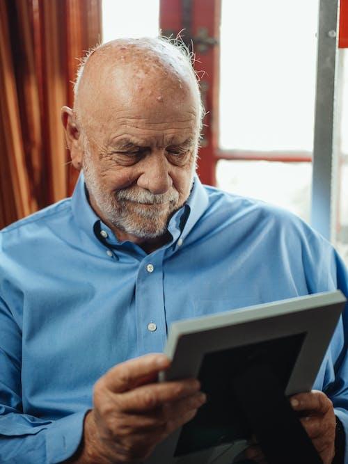 Kostnadsfri bild av äldre, ansiktshår, blå långa ärmar