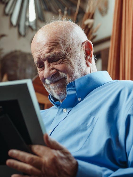 Fotos de stock gratuitas de abuelo, adentro, adulto