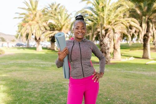 Kostenloses Stock Foto zu active wear, afroamerikaner-frau, aktiver lebensstil