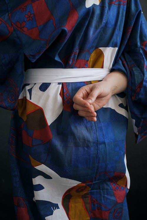 Darmowe zdjęcie z galerii z biały pas, kimono, kolorowy