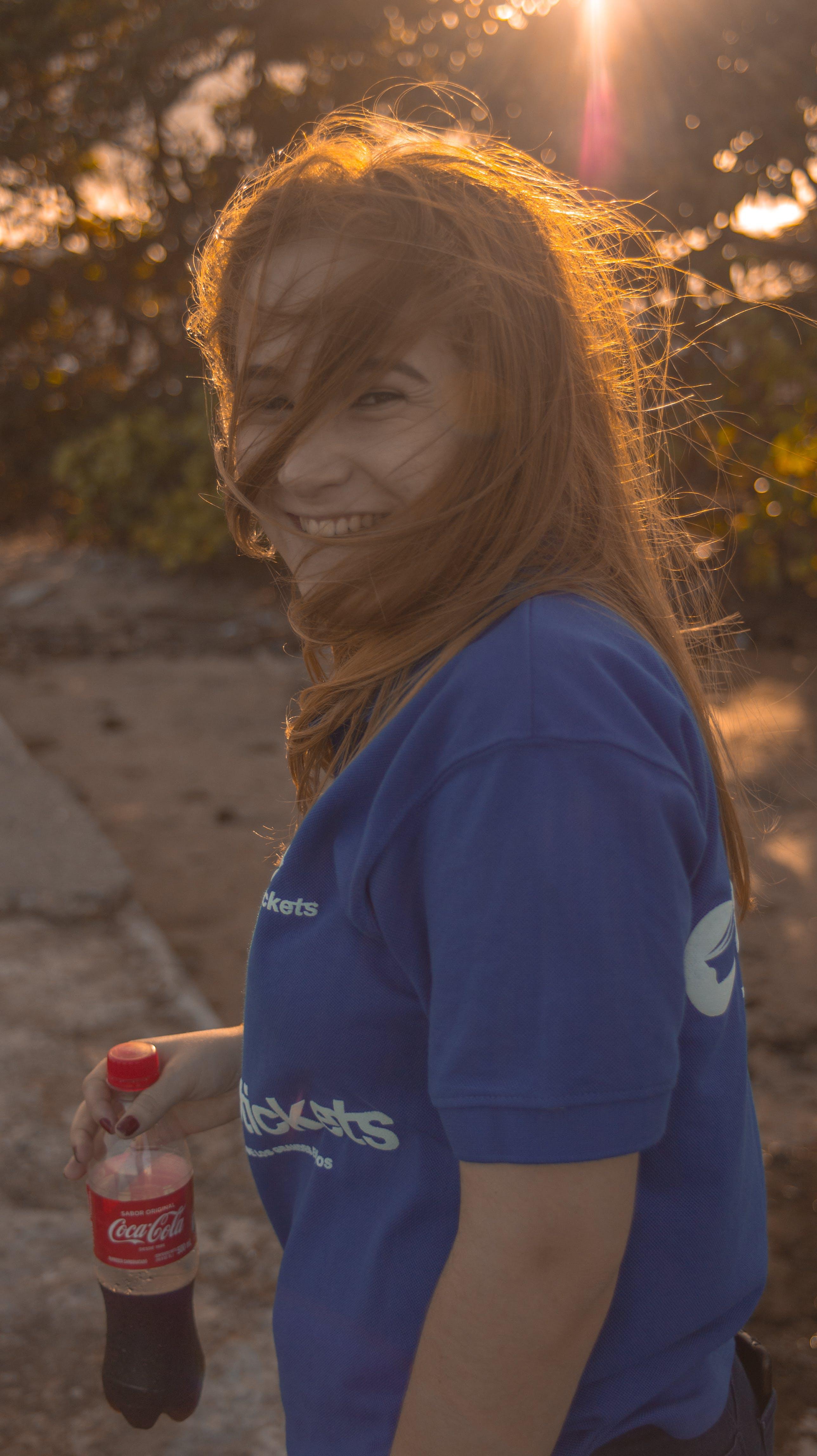 Foto profissional grátis de atraente, azul, cabelo, Coca Cola