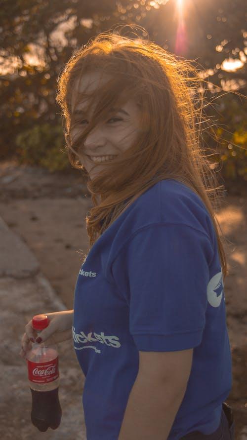 Coca Cola, gülümsemek, Güneş, güzel içeren Ücretsiz stok fotoğraf