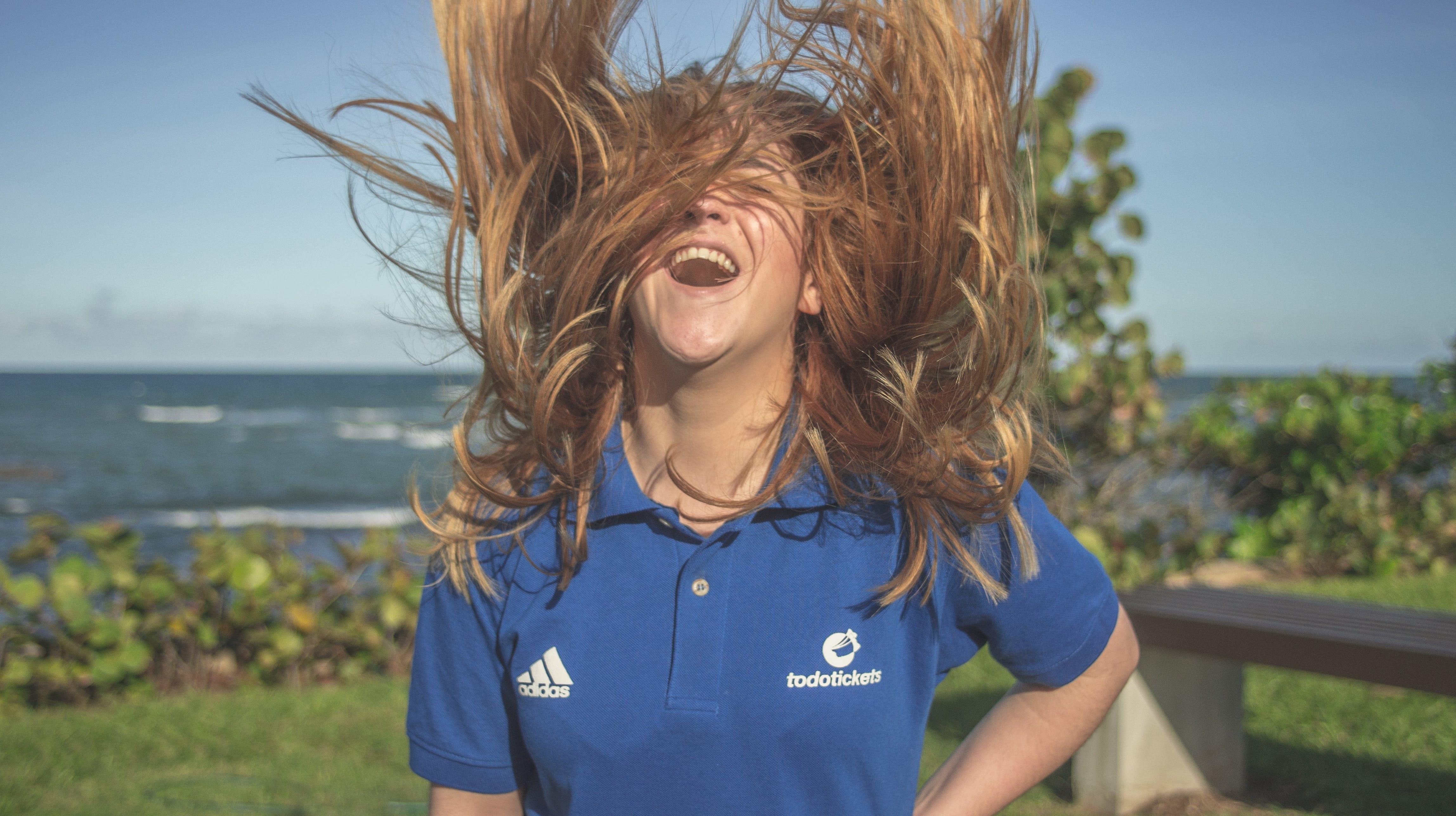 Foto profissional grátis de azul, cabelo, cabelo loiro, ecológico