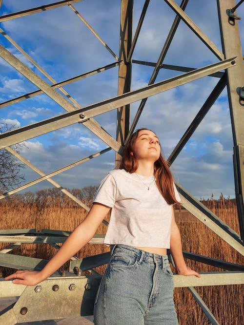 Gratis arkivbilde med blå himmel, gård, glad