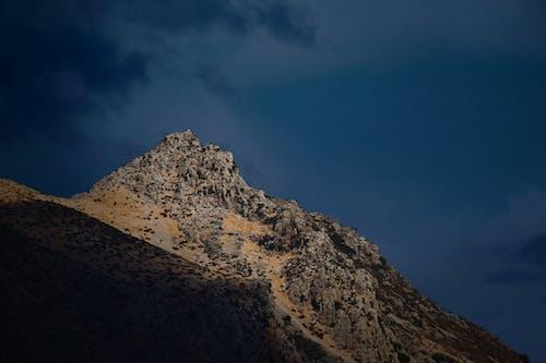 Darmowe zdjęcie z galerii z błękitne góry, brakou, ciemne chmury