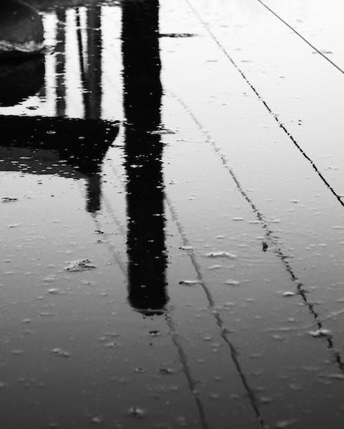 Gratis lagerfoto af abstrakt sort og hvid damvandsreflektion