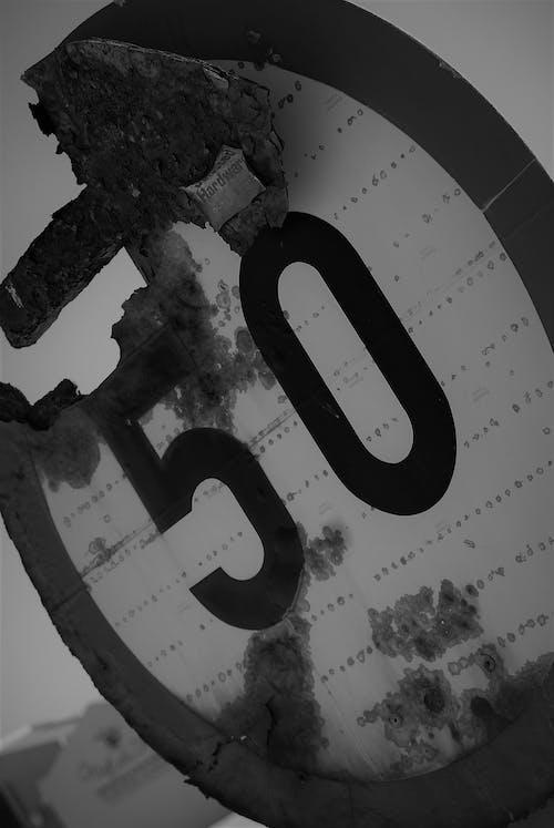 Gratis lagerfoto af sort / hvid hastighedsgrænse 50 nummer gammel