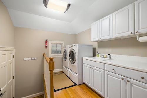 Foto profissional grátis de apartamento, armário, bica