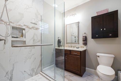 Foto profissional grátis de apartamento, armário, banheira