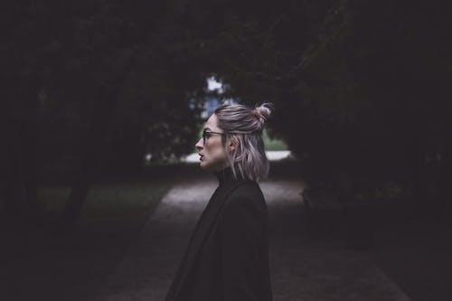 Immagine gratuita di alberi, donna, indossare, moda