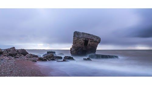 Gratis arkivbilde med bølger, festning, lang eksponering, skyet himmel