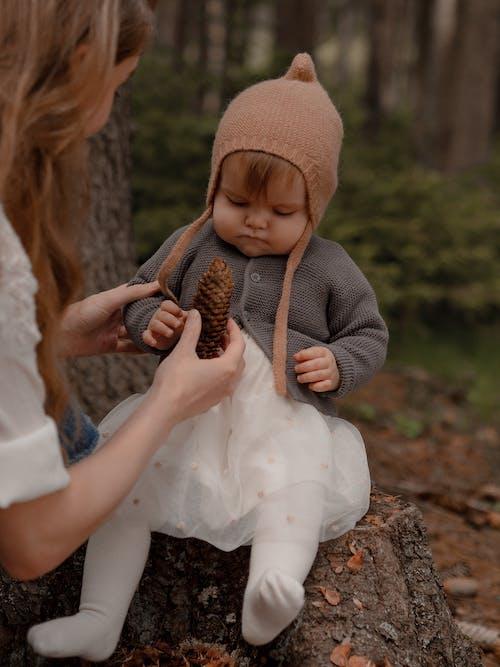 Foto profissional grátis de abrigo, ao ar livre, bebê