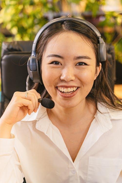Gratis stockfoto met binnen, binnenshuis, call center agent