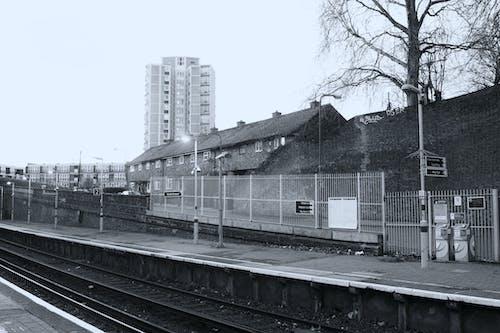 Darmowe zdjęcie z galerii z architektura, budynki, chmury, czarno-biały