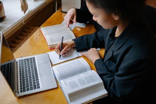 Gratis stockfoto met aan het leren, aan het studeren, balpen