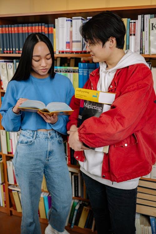 Immagine gratuita di Asiatico, biblioteca, conversazione