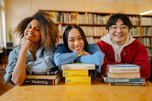 Photos gratuites de à l'intérieur, adolescent, bibliothèque