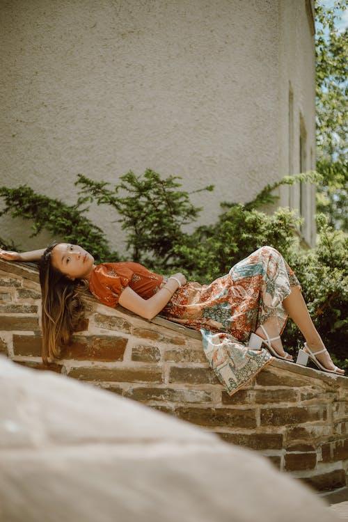 Бесплатное стоковое фото с архитектура, Взрослый, девочка