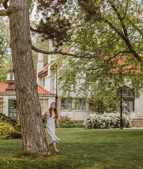 Бесплатное стоковое фото с газон, девочка, девушка