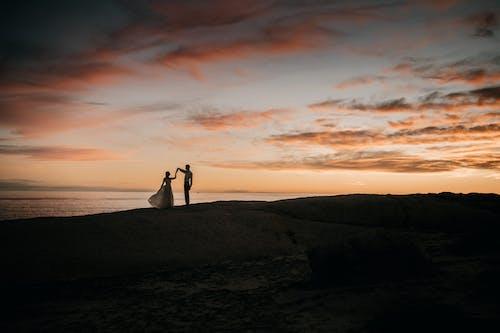 Kostenloses Stock Foto zu abend, am strand, brautpaar